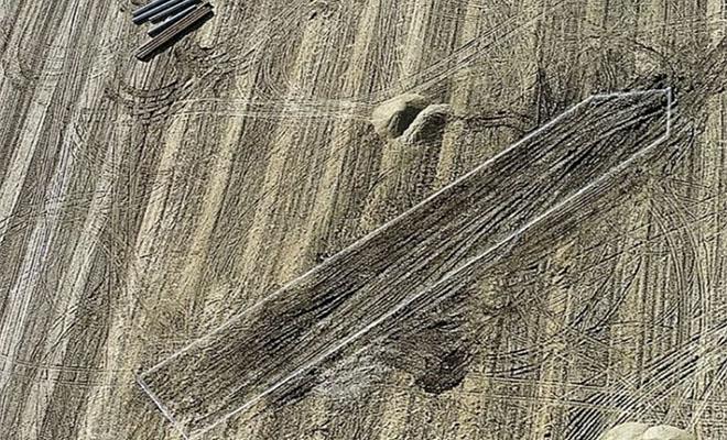 История как Фермер проверял поле и на глубине 10 метров случайно нашел корабль, который стоял под землей целиком